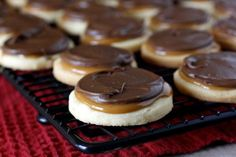 Twix-style cookies with Thermomix – Caramel Shortbread Recipes, Cookie Recipes, Dessert Recipes, Shortbread Crust, Dessert Bars, Cupcake Recipes, Twix Cookies, Cookies Et Biscuits, Kiss Cookies