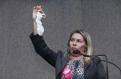 """Vereadora mostra a calcinha para rebater discurso de que mulher """"vagabunda"""" tem que levar """"surra"""" – e de que a roupa é a culpada nos casos de assédio."""