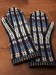 Pallas lapaset pystyraidoin (in Finnish with chart) Knitted Mittens Pattern, Knit Mittens, Mitten Gloves, Knitting Socks, Knit Socks, Christmas Knitting, Needlework, Free Pattern, Knit Crochet
