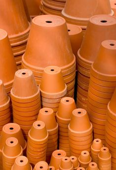 This is a guide about saving money on terra cotta pots. Terra cotta flower pots are popular for gardening and craft projects. Shopping around can often help get a better price. (clay pot projects for garden terra cotta) Clay Flower Pots, Terracotta Flower Pots, Flower Pot Crafts, Clay Pot Crafts, Shell Crafts, Diy Clay, Flower Pot People, Clay Pot People, Painted Clay Pots