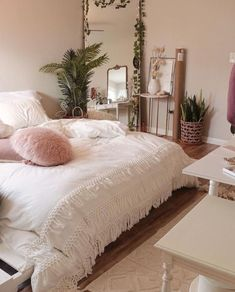 Colorful Home Decor - A mix of mid-century modern bohemian and industrial interior style. Home and apartment decor decoration ideas home design bedroom living room dining room kitchen bathroom office Bedroom Inspo, Home Bedroom, Bedroom With Tv, Girls Bedroom, Bedroom Furniture, Modern Bedroom, Trendy Bedroom, Diy Furniture, Urban Bedroom