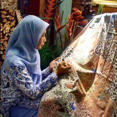 Batik Indonesia, patrimoine d'exception UNESCO, tissus teint avec une technique de peinture à base de cire, symbolique de la culture indonésienne à chaque étape de la vie.