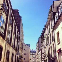 Soleil de plomb sur les toits de Paris.
