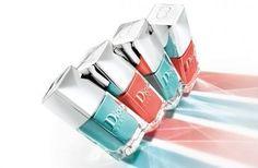 Dior Vernis sono i celebri nail polish vengono proposti in due colori imperdibili:    - Bikini, corallo;    - Saint Tropez, turchese.    Il prezzo è di 21,90 €.
