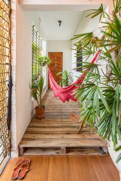 Inspiração de pallets na decoração: já pensou usá-los para realçar o corredor?…