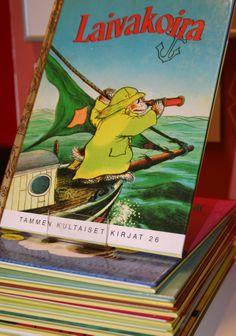 Isot kirjapinot johdattavat lapset satujen maailmaan.  Oulu (Finland)