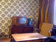 Jaren '60 filmset, compleet met behang, meubilair en een echte oude Philips televisie.