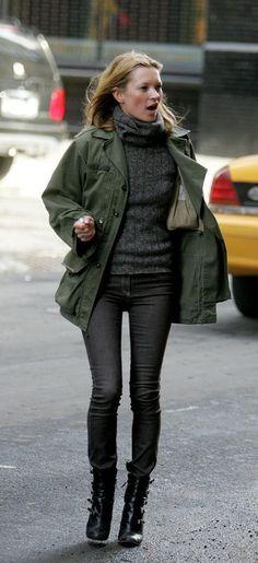 Tenue de Kate Moss: Veste militaire olive, Pull à col roulé en tricot gris foncé, Jean skinny gris foncé, Bottines en cuir noires