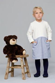 sukienka Maaninka snow Prześliczna sukienka na chłodne dni. Łatwo się zakłada dzięki guziczkowi z tyłu. A najlepsze jest to, że ma kieszonki.