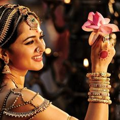 Download Queen In Love With Flower 1024 X 1024 Wallpapers - 4533921 - movie love flower anushka shetty rudramadevi | mobile9