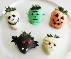 Olha que ideia legal morangos com chocolate para o Halloween . Such a cute ideia strawberry covered with Chicolate for Halloween! by mae_festeira Recetas Halloween, Postres Halloween, Dessert Halloween, Theme Halloween, Halloween Goodies, Halloween Food For Party, Halloween Cupcakes, Holidays Halloween, Spooky Halloween