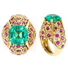 This Cartier ring was auctioned last month in Balclis. Cushion-cut Colombian emerald with rubies of Burma (Myannmar) all in yellow gold.  __________  Esta sortija de Cartier se ha subastado el mes pasado en Balclis. Esmeralda colombiana talla cojín con rubíes de Burma (Myanmar) todo en oro amarillo.  ________  #DeJoyaEnJoya #FronJewelToJewel #JewelryBlog #JewelryBlogger #BlogDeJoyas #cartier #CartierRing #ring #anillo #sortija #bagues #exclusive #AuctionJewelry #balclis #auctions…