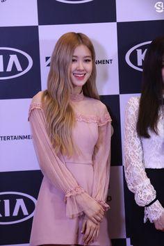"BLACKPINK-Rosé 190109 ""In Your Area"" 2019 World Tour in Thailand press conference Blackpink Fashion, Korean Fashion, South Korean Girls, Korean Girl Groups, 1 Rose, Jennie Lisa, Prom Dresses, Formal Dresses, Kpop Girls"