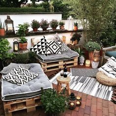 Wondering how to design a backyard on a budget? We've got you covered! From homemade fire pits to decorative garden trellises, these awesome DIY backyard ideas will give your outdoor living space the ultimate makeover! Small Balcony Decor, Small Patio, Condo Balcony, Balcony Decoration, Cheap Backyard Makeover Ideas, Patio Ideas, Terrace Ideas, Balkon Design, Backyard Patio Designs
