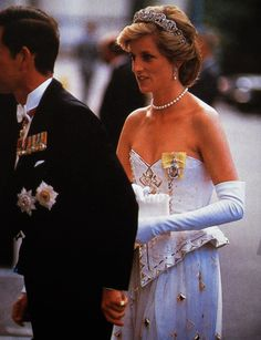July 3 1986 Charles & Diana arrive at the German Embassy in London for the banquet given by the President of the Federal Republic of West Germany, Dr. Richard von Weizsaecker, in honor of Britain's Queen Elizabeth II. Princess Diana Tiara, Princess Diana Dresses, Princess Diana Family, Princes Diana, Royal Princess, Prince And Princess, Princess Of Wales, Lady Diana Spencer, Elizabeth Ii