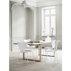 Modern minimalist dining room table design for comfortable dinner Related Dining Room Table Decor, Kitchen Chairs, Dining Room Design, Dining Chairs, Bar Chairs, Dining Area, Fritz Hansen, Minimalist Dining Room, Modern Minimalist