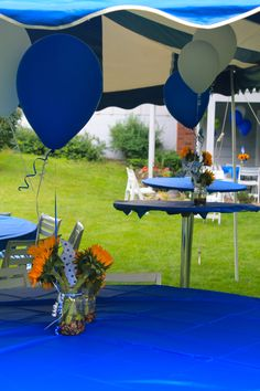 Make cute centerpieces for an outdoor party! Mason jars + sunflowers + pinwheels + balloons.