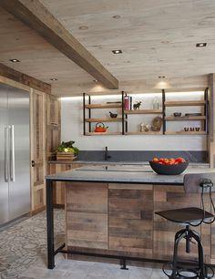 Cuisine de chef rustique, portes d'armoires de cuisine en chêne vintage style Shaker fini bois de grange, poignées artisanales et comptoir en pierre à savon