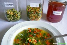 Hast du etwas Kohlrabi oder eine Karotte zu viel? Mit diesem Trick planst du vor und produzierst deine eigene, gesunde Instant-Suppe für fast 0 Euro.