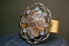 Bracelet en or jaune 22 carats, platine, diamants et bois fossilisé pour la mère de Snow White, interprétée par Liberty Ross 10 | Bijoux | Vogue