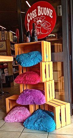 Vorresti sapere cosa servono i nuovi pelosi cuscini e le cassette della frutta color arancione? Vieni a fare l'aperitivo da Cose Buone magari venerdì sera che inizia alle 18 e va ... ad oltranza !!!