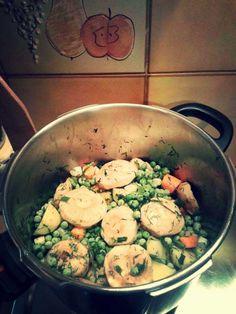 Bread, Chicken, Vegetables, Woman, Food, Vegetable Recipes, Eten, Veggie Food, Bakeries
