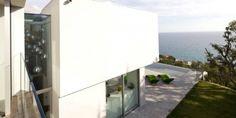 Perfil de casa de dos pisos frente al mar