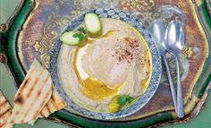 Hummus mit Fladenbrot – der Klassiker aus dem Orient ist auf jeder Party ein Hit. Und mit Karin Messerlis Step-byStep-Anleitung gelingt das Mahl im Handumdrehen. Ein Gericht wie ein Gedicht aus tausendundeiner Nacht.