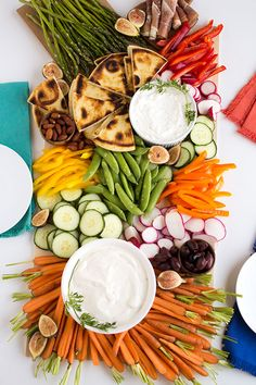 Farm Fresh Veggie Platter Farm Fresh Veggie Platter Create a bountiful fall veggie platter. Perfect to serve at Thanksgiving. The post Farm Fresh Veggie Platter appeared first on Finger Food. Crudite Platter, Veggie Platters, Party Platters, Veggie Tray, Vegetable Tray Display, Snack Platter, Veggie Appetizers, Appetizers For Party, Appetizer Recipes