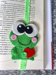 A tender frog in Love will help you keep the mark! The bookmark was made of felt, entirely by hand, from the cut to the seam with the Festoon point. Frog Crafts, Felt Crafts Diy, Felt Diy, Crafts To Sell, Sewing Crafts, Crafts For Kids, Arts And Crafts, Diy Bookmarks, Ribbon Bookmarks