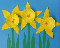 Cupcake Liner Daffodils Use mini cupcake liners to make a field of daffodils. This craft is quick and easy perfect for springtime or Mothers Day! The post Cupcake Liner Daffodils was featured on Fun Family Crafts. Spring Art Projects, School Art Projects, Spring Crafts, Projects For Kids, Kindergarten Art, Preschool Crafts, Crafts For Kids, Spring Activities, Art Activities
