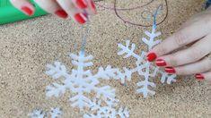 Aprenda a fazer um floquinho de neve com cola quente para decorar sua árvore de natal de forma barata, simples e linda! Esse DIY foi feito para você! Conheça
