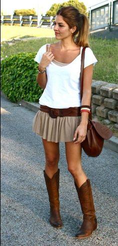 Botas de vaquero de color marron con camiseta blanca  y minifalda
