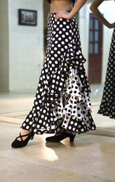 Stunning handmade performance and practice flamenco skirts at incredible prices. Flamenco Shoes, Flamenco Costume, Flamenco Dancers, Flamenco Dresses, Flamenco Skirt Pattern, Dance Outfits, Skirt Outfits, African Print Dresses, Mademoiselle