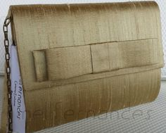 Carteira nellfernandes em shantung de seda dourada, laço Chanel na aba - tamanho: 21 x 16 - R$160,00