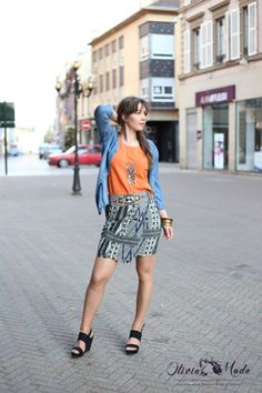 olivia-schneider-oliviamode--jupe-imprimee-captain-tortue-chemise-jean-tshirt-orange-sandales-primark-collier-ethnique-03