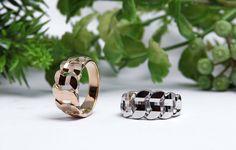 ファッションリング|ティンクルカット。  素材:<左>イエローゴールド<右>プラチナ。  詳しくは、2015年6月15日の館林工房のスタッフブログ「キラキラの指輪☆」でご紹介。