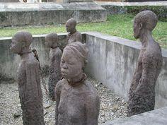 Esculturas na Igreja Anglicana de Zanzibar retratando um grupo de escravos.