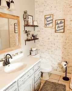 🌿 Krystal from sharing with us some country-cottage bathroom designs 🙌🏼 love it! Brick Bathroom, Small Bathroom, Washroom, Home Design, Interior Design, Living Pequeños, Toilet Paper Stand, Good Morning Gorgeous, Small Toilet