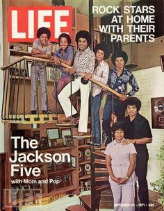 """Auf dem Cover sehen wir eine interessante Darstellung der Künstlerfamilie Jackson, denn die Eltern stehen abgetrennt von den Kindern, die die """"Jackson Five"""" bildeten. Von Familieneintracht kann ich nicht viel entdecken… Der Lead-Sänger dieser Gruppe steht ganz oben auf der Leiter, es ist Michael Jackson."""