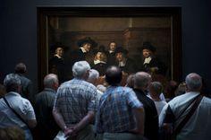 """O segundo lugar foi para a fotografia de Julius Y, tirada em frente à pintura """"Os Síndicos da Corporação de Tecelões de Amsterdã"""", de Rembrandt. """"Deu a ilusão de que as pessoas na pintura estão curiosamente olhando para os visitantes."""""""