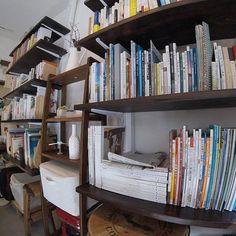 東京・高円寺 Cafe Cross Point 「アート」「本」「シフォンケーキ」「コーヒー」の4つを軸としたブックカフェ。  2011年より「気持ちが動くに出会うカフェ」として100以上のアート展示を開催してきたカフェクロスポイント。その経験を踏まえ、「ABC and C.」(アート、本、シフォンケーキ、コーヒー)を軸に、2017年1月より「ブックカフェ」にリニューアルした。ギャラリーとして培ってきた経験などはそのままに、アートや絵本を中心とした書籍を大幅に増量したほか、漫画や小説なども充実。フワフワのシフォンケーキ、オープン当初から好評のコーヒーを片手に、お気に入りの読書を楽しむことができる。 #本 #本屋  #読書 #本棚 #読読 #よんどく #カフェクロスポイント #クロスポイント #CafeCrossPoint #カフェ #ブックカフェ  #本屋さん #ギャラリー #コーヒー #珈琲 #シフォンケーキ #アート  #東京 #高円寺 #東京の本屋さん #高円寺の本屋さん #20170425