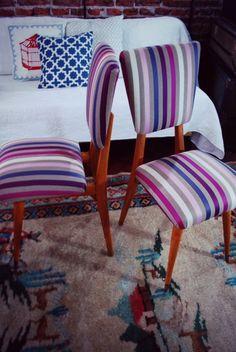 """Mirá estas sillas vintage tapizadas a nuevo de Lucerito Vintage. El género que usaron es el """"Roxane"""", de Géneros del Sur. ¿Te gustan? A nosotr@s nos encantaron"""