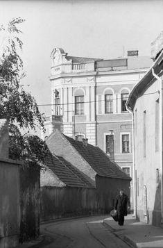 Iskola köz, ma Pejáchevich köz Háttérben a Ruhagyár, teljes fényében 1970-es évek eleje Louvre, Building, Travel, Viajes, Buildings, Destinations, Traveling, Trips, Construction