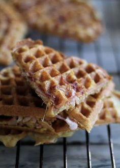 Waffles with Ham and Cheese Cheese Waffles, Norwegian Food, Waffle Iron, Snacks, Ham And Cheese, Wrap Sandwiches, Veggie Recipes, Tapas, Catering