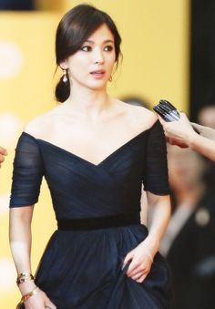 송혜교,우아한 분위기 느낌 아니까! - Daum 영화 Korean Beauty, Asian Beauty, Asian Celebrities, Celebs, Asian Woman, Asian Girl, Song Hye Kyo Style, Shot Hair Styles, Korean Actresses