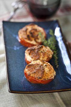 Tomates farcies au saumon et aux herbes  Pour changer des tomates farcies à la viande, voici une variante facile qui peut être préparée à l'avance et réchauffée au dernier moment. Le poisson ne sèche pas et s'accompagne à merveille d'une salade au balsamique.