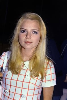 Robe à gros carreaux et maquillage bleuté pour l'interprète de « Musique » (1971).