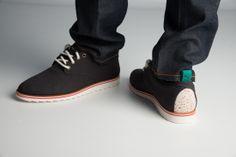 http://www.zorilestore.ro/pantofi-casual-barbati-puma-neva-lo-m-354440_01 Colectia PumaMMQ isi reimprospateaza produsele de calitate cu un strop de neconventional. Pantofii casual N-Eva Lo fuzioneaza design-ul streetwear Japonez cu detalii deosebite si materiale de calitate.