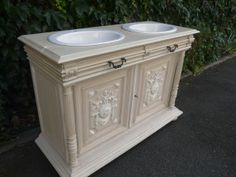 Ras le bol des meubles de salle de bain sans charme et que l'on retrouve chez tout le monde ?! Aujourd'hui, BlancPatine nous présente sa dernière réalisation : la transformation d'un vieux buffet Henri II en meuble de salle de bain. Pour cela, seule la...